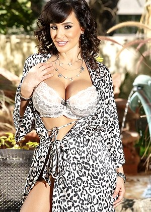 Brazzersnetwork Lisa Ann Lee Ann Vision Leesa Wearehairy Blowjob Sexy Curves