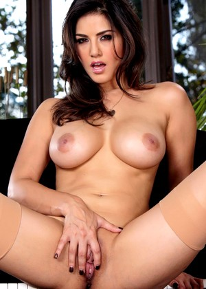Twistys Sunny Leone Pornostar Busty Smooth Shaved